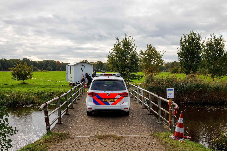 Die Polizei auf einer Zufahrt zu dem Anwesen im niederländischen Ruinerwold.