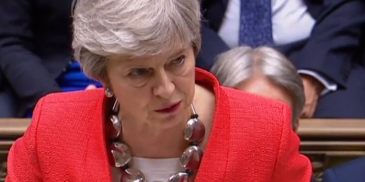 Theresa May, die vor Heiserkeit kaum sprechen konnte, muss die nächste Niederlage einstecken.