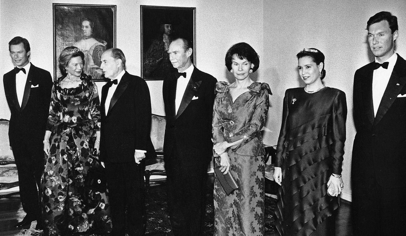 Photo officielle avant le dîner à Echternach. (deg. à dr.) Le grand-duc Henri, la grande-duchesse Joséphine-Charlotte, François Mitterrand, le grand-duc Jean, Danielle Mitterrand, la grande-duchesse héritière Maria Teresa et le Guillaume.