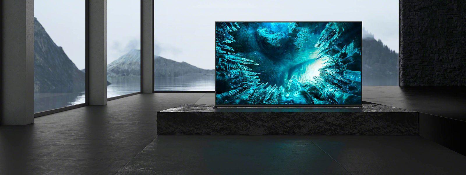 """Beim """"ZH8"""" von Sony kann der Klang dank Einmessautomatik """"Acoustic Audio Calibration"""" auf Knopfdruck an unterschiedliche Wohnräume angepasst werden. So klingt der Fernseher zwischen Polster-möbeln nicht zu dumpf, im gekachelten Loft nicht zu blechern. Preis: um 2800 Euro."""