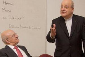 """Cunha Rodrigues com o padre Belmiro, aquando da apresentação do livro deste último, """"O Homem à beira do seu destino"""", em março de 2009, em Lisboa"""