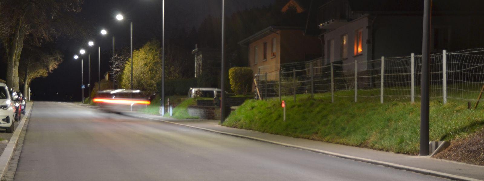 Cette rue de Grosbous a été équipée d'un éclairage continu mais à faible luminosité. Un premier pas vers un éclairage plus respectueux de l'environnement.