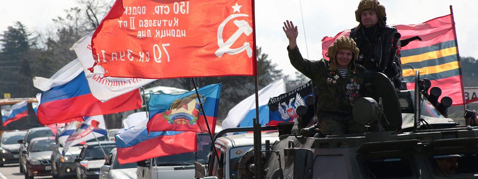 A Sébastopol en Crimée, la population parade à l'occasion du cinquième anniversaire de l'annexion de la péninsule par la Russie.
