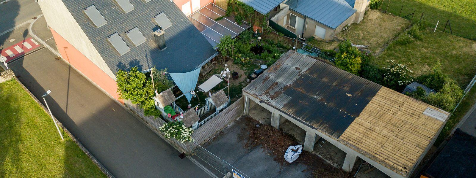 Wegen den nicht fachgerechten Abbau der Wellenplatten auf der Garagenbox hinter seinem Gartengarten traut sich Marco Back nicht mehr in seinen Garten.