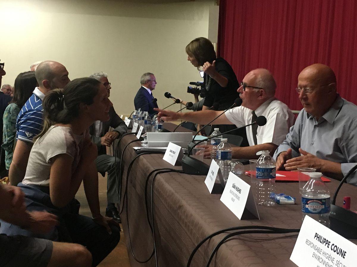 """La réunion est terminée depuis trente minutes. Le maire d'Illange, à droite, et le commissaire enquêteur, continuent de répondre aux sollicitations d'habitants """"agacés""""."""