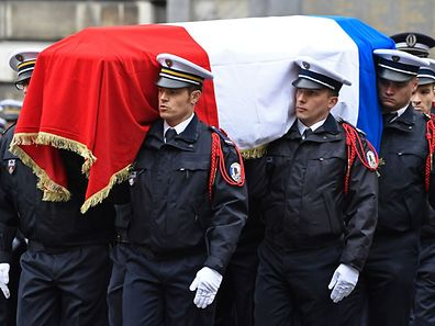 French police officers carry the flag-draped casket during a ceremony honouring the policeman killed by a jihadist in an attack on the Champs Elysees, on April 25, 2017 at the Paris prefecture building. French police officer Xavier Jugele was killed on the world-famous Paris avenue on April 20, in an attack claimed by the Islamic State group.   / AFP PHOTO / bertrand GUAY