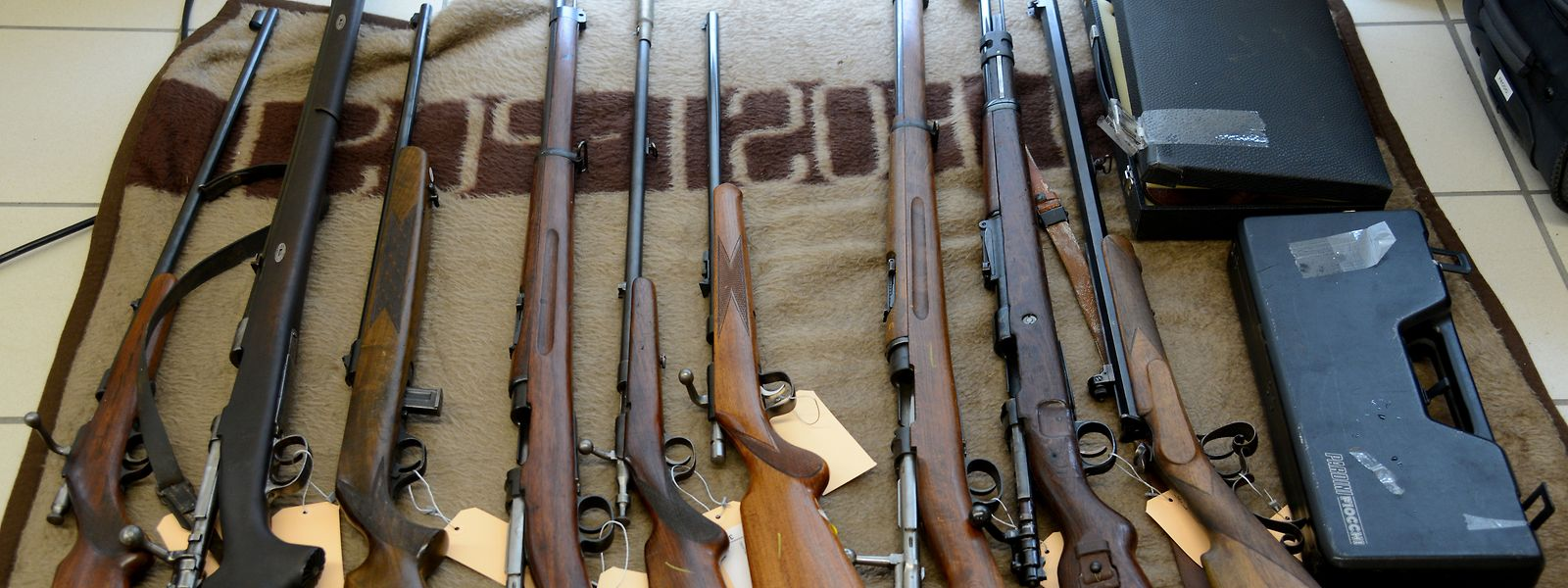 """Bei einem Waffen- und Sprengstoffhändler, der der """"Reichsbürgerszene"""" zugeordnet wird, werden Wohn- und Geschäftsräume durchsucht mit dem Ziel, alle auffindbaren Waffen, Munition und Sprengstoffe sicherzustellen."""