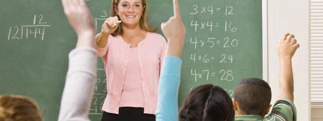 De façon pratique l'instituteur-stagiaire fera cours et disposera de deux heures de décharge par semaine les deux premières années et d'une heure de décharge la troisième année.