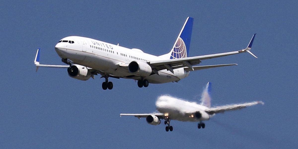 United Airlines (hier eine Boeing 737-800 und ein Airbus A320 beim Landeanflug auf San Francisco) ist durch einen neuen Zwischenfall in die Schlagzeilen geraten.