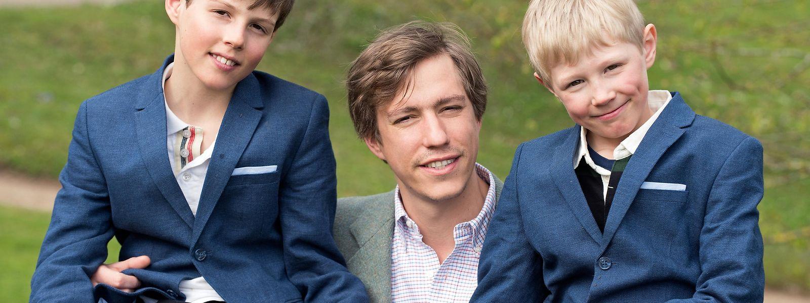 Eine gute Partie: Das Geburtstagskind, hier mit seinen Kindern Gabriel (11, l.) und Noah (9, r.), darf sich wieder zu den begehrtesten Junggesellen Europas zählen.