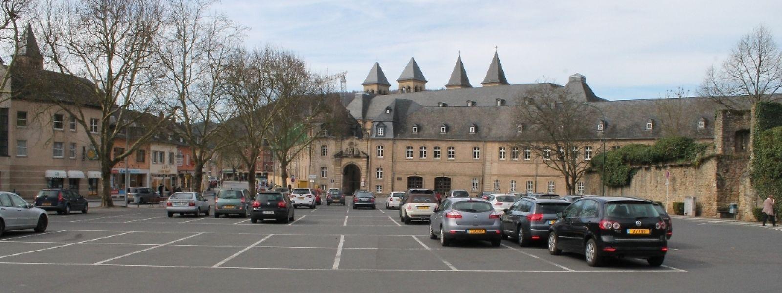 """Der Parkplatz """"A Kack"""" vor den Toren der historischen Stadt."""