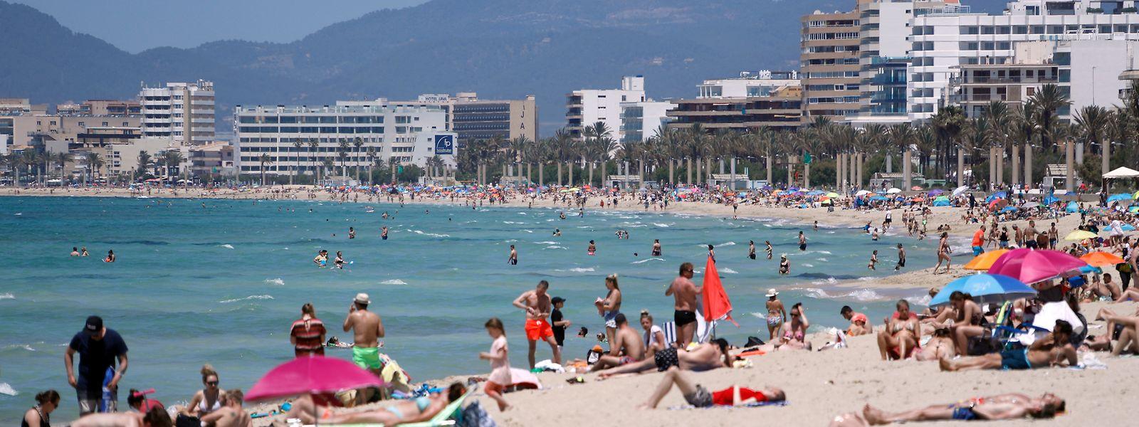 29.05.2021, Spanien: Menschen sonnen sich am Strand von Arenal.