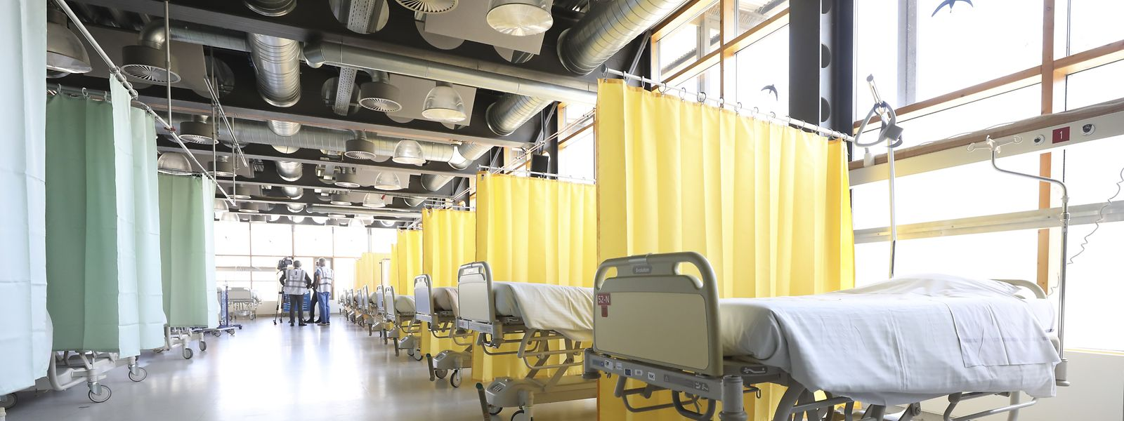 600 m2, des conduits d'oxygène au plafond, des lits à gauche et à droite d'un couloir,... la cantine du CHEM est devenue une unité de soins pour accueillir des patients atteints du covid-19.