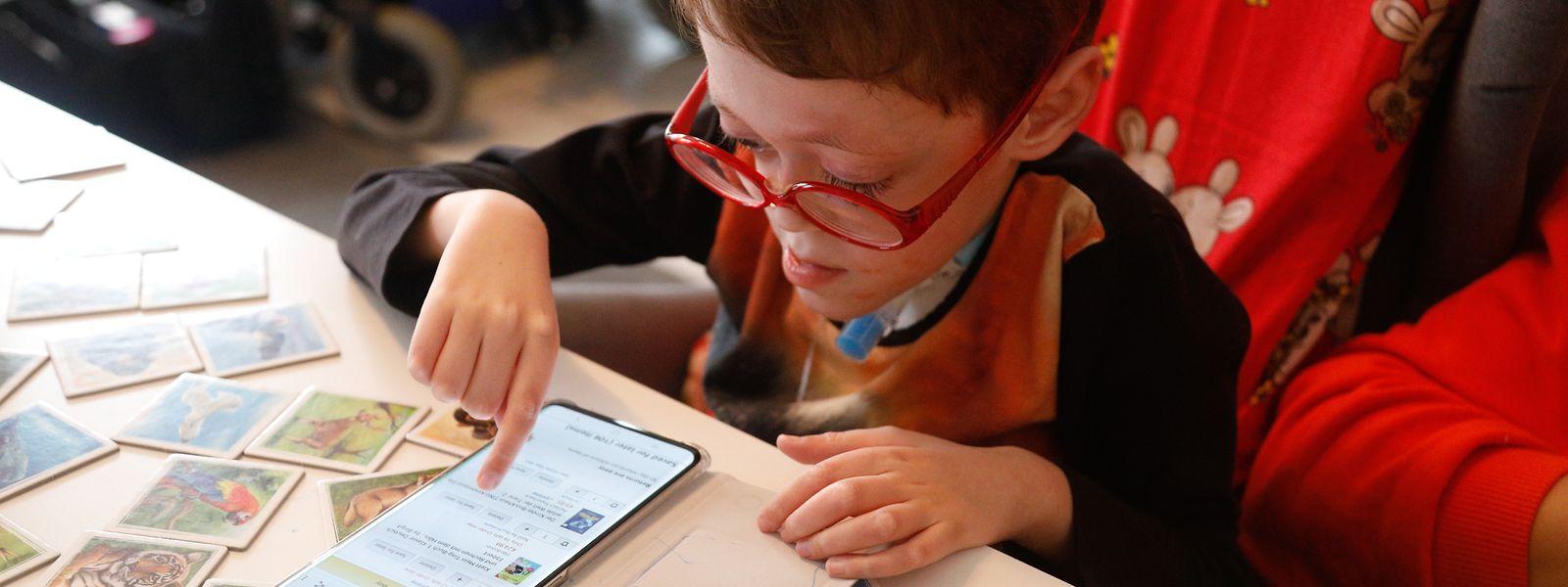 Da der sechsjährige Darius wegen eines Luftröhrenschnitts nicht mehr sprechen kann, kommuniziert er teilweise auch via Tablet.