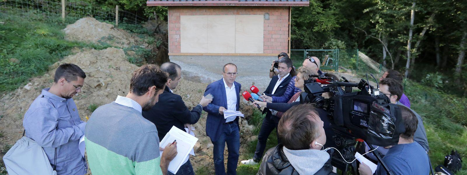 Roberto Traversini spricht vor seinem Gartenhäuschen zu Reportern.