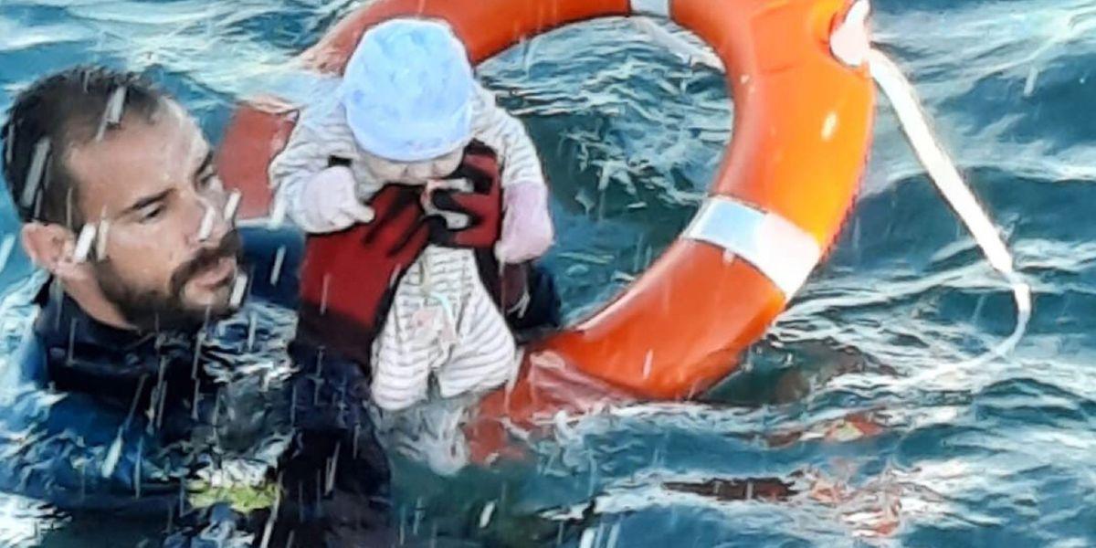 Dramatische Rettung eines Kleinkindes im Meer vor Ceuta.