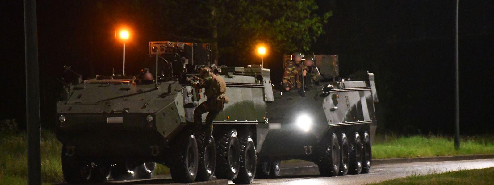 Spezialeinheiten durchsuchen den Nationalpark unter größter Vorsicht. Auch Panzer kommen zum Einsatz.