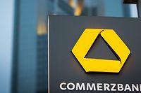 Das Schild einer Commerzbank-Filiale ist nahe der Zentrale der Commerzbank platziert.