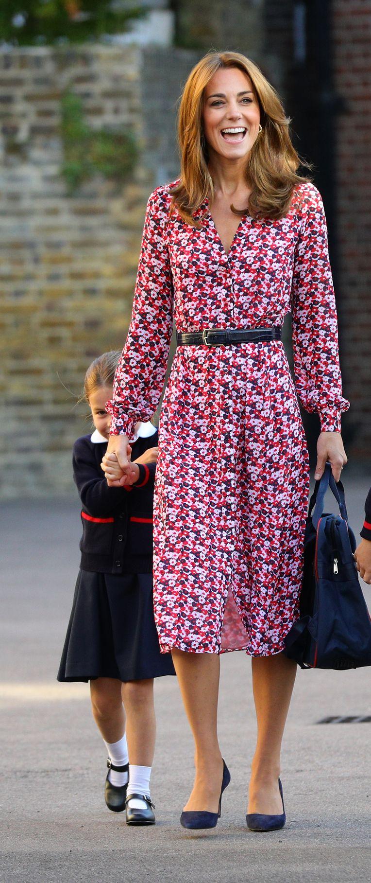 Charlotte versucht sich hinter ihrer Mutter, Herzogin Kate, zu verstecken.