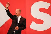 German Finance Minister, Vice-Chancellor and the Social Democrats (SPD) candidate for Chancellor Olaf Scholz waves on stage at the Social Democrats (SPD) headquarters after the estimates were broadcast in Berlin on September 26, 2021 after the German general elections. (Photo by Odd ANDERSEN / AFP)