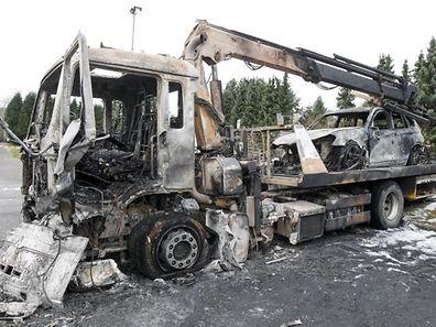 24.11.ACL / Brand eines Abschleppwagens und zweier Pkw s / Brandstiftung / Taeter durchschnitten Zaun Foto: Guy Jallay