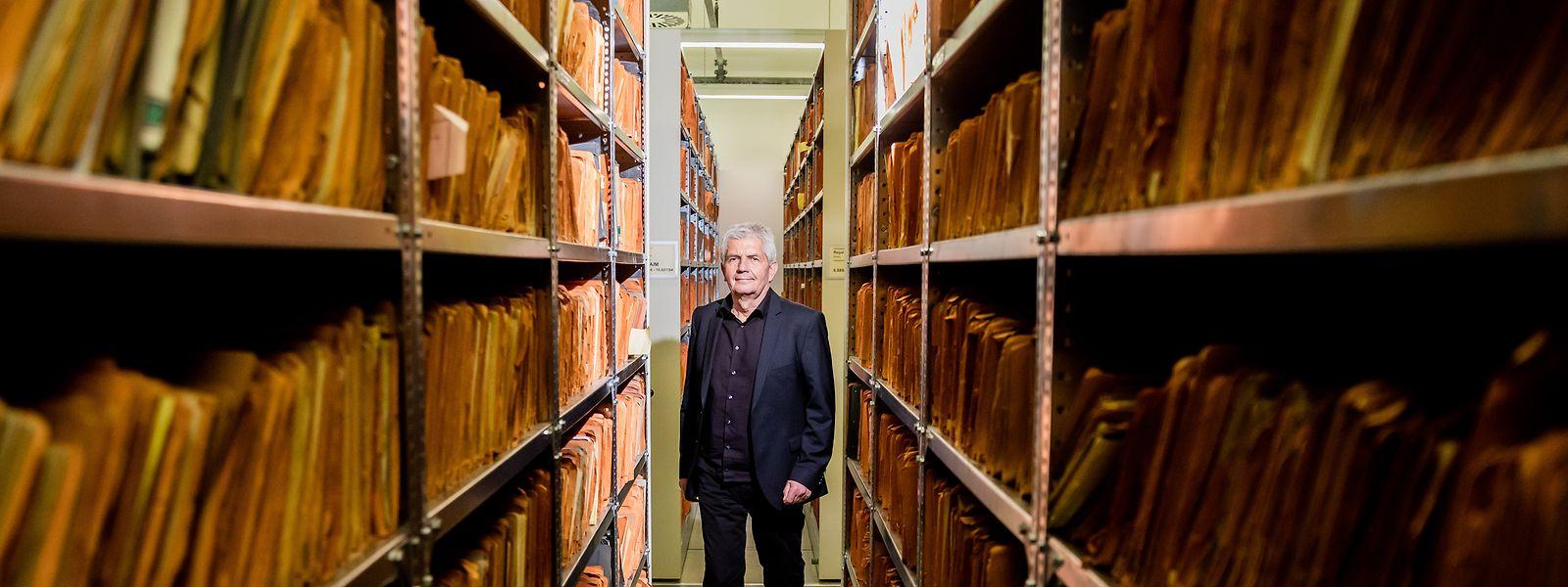 Roland Jahn, scheidender Leiter der Stasi-Unterlagen-Behörde, inmitten von Aktenmetern in der ehemaligen Stasi-Zentrale in Berlin-Lichtenberg.