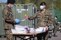 Lokales, Verteilen der Masken an Unternehmer Verteilung durch Armee und Chambre de Commerce, Findel, Foto: Guy Wolff/Luxemburger Wort