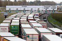 dpatopbilder - ARCHIV - 19.03.2019, Großbritannien, Folkestone: Lastwagen stehen vor dem Eurotunnel im Stau. Großbritannien wird wegen der raschen Ausbreitung der neuen Variante des Coronavirus immer weiter vom Festland abgeschnitten. Foto: Gareth Fuller/PA Wire/dpa +++ dpa-Bildfunk +++