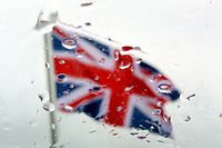 ARCHIV - 23.06.2015, Berlin: Blick durch eine vom Regen benetzte Autoscheibe auf eine britische Fahne vor dem Schloss Bellevue. (zu dpa-Berichterstattung zum Brexit am 17.01.2019)) Foto: Wolfgang Kumm/dpa +++ dpa-Bildfunk +++