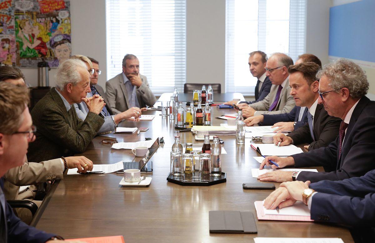 Trois ministres, Xavier Bettel, Pierre Gramegna et Romain Schneider négocient avec la délégation de la COPAS.