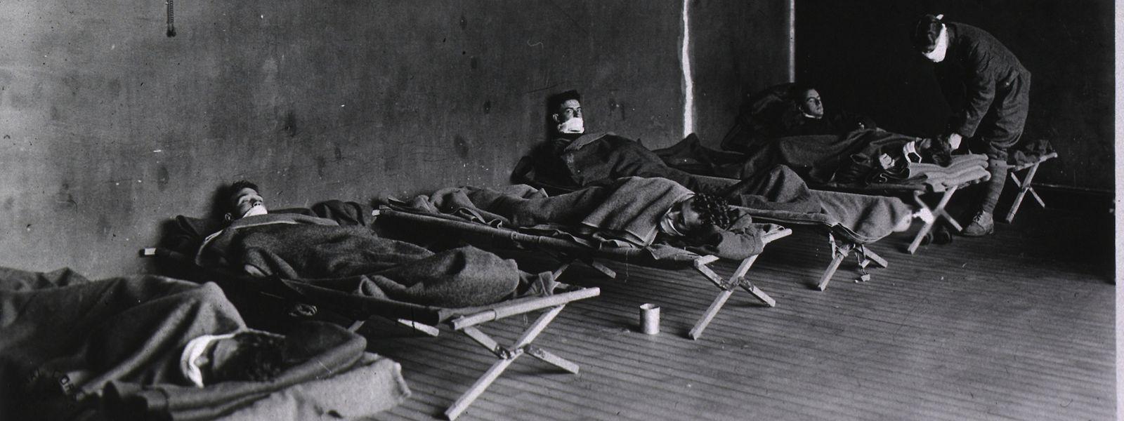 Grippekranke Soldaten in einem Lazarett der US Army in Hollerich im Jahr 1918.