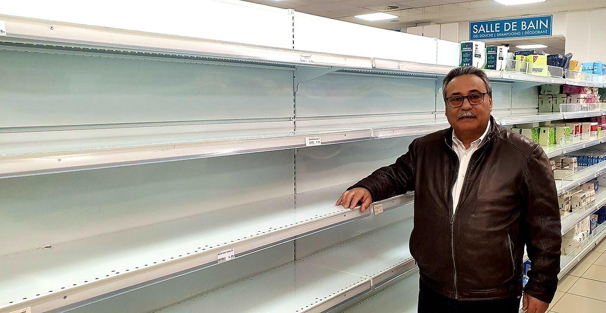 """Manuel Rui Fernandes, proprietário do Primavera, junto ao balcão vazio do papel higiénico. """"O açambarcamento não é bom para ninguém."""""""
