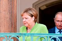 Die deutsche Bundeskanzlerin Angela Merkel und der russische Präsident Vladimir Putin vor ihrer Stellungnahme auf Schloss Meseberg.