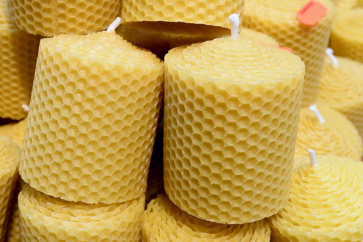Kerzen aus Bienenwachs duften nach Honig und haben oft eine längere Brenndauer.