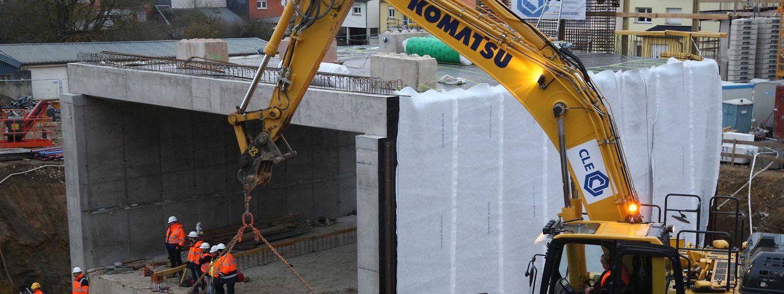 Die 1400-Tonnen-Stahlbetonkonstruktion tat sich schwer, um zu ihrem definitiven Standort geschoben zu werden.