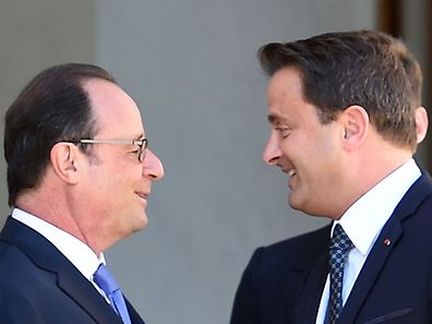 French President Francois Hollande (L) walks back Luxembourg's Prime Minister Xavier Bettel following their meeting on August 23, 2016 at the Elysee Presidential Palace in Paris. The leaders of Italy, France and Germany insisted on August 22, 2016, that Britain's shock decision to quit the European Union would not kill the bloc. / AFP PHOTO / STEPHANE DE SAKUTIN