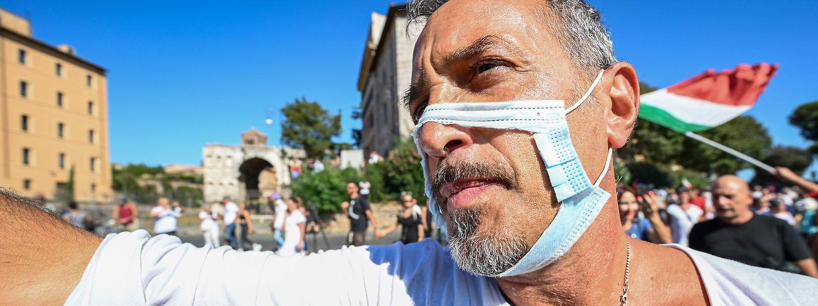 De nombreuses manifestations voient le jour à travers l'Europe et réclament entre autres l'abandon du port du masque.