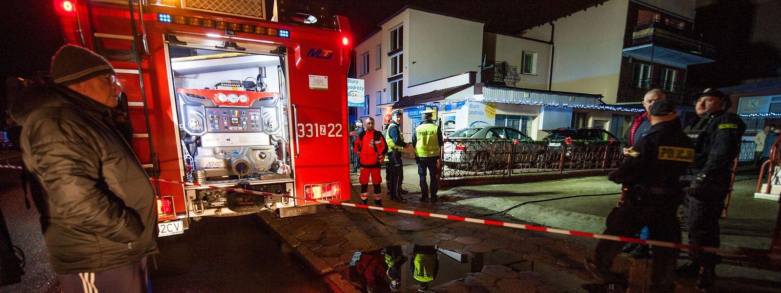 Vor dem Gebäude sperrten Polizei und Feuerwehr den Bereich ab.