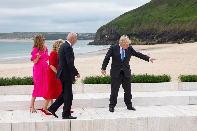Boris Johnson zeigt dem Ehepaar BIden (USA) den Weg.
