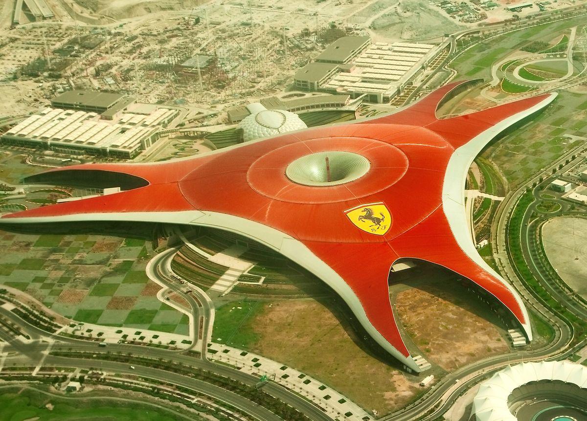 Vergnügungsparks wie Ferrari-World sind klimatisiert – ein Besuch in der Mittagshitze bietet sich also an.