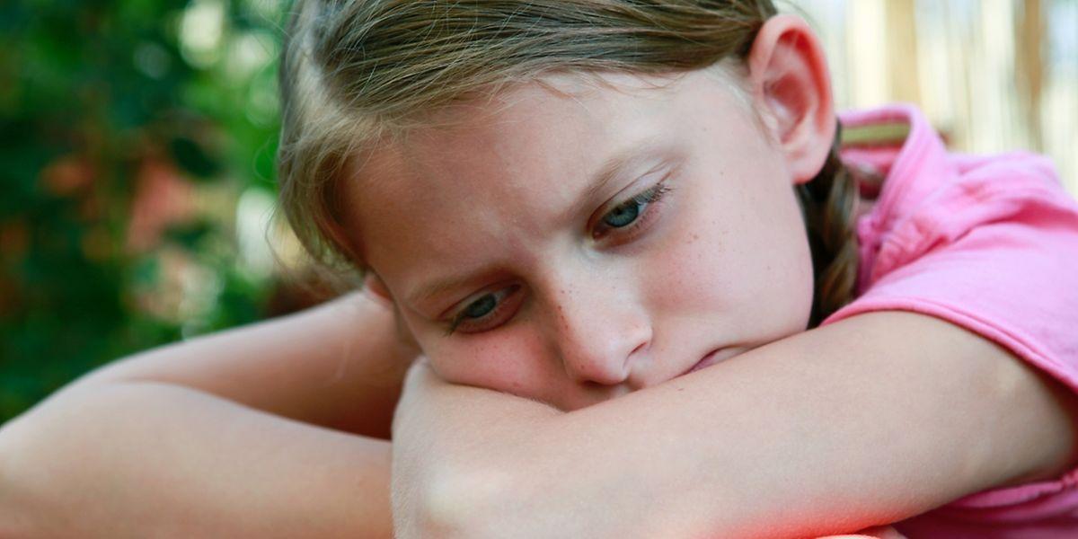 Auch Kinder haben Sorgen und Ängste. Eltern sollten sie direkt darauf ansprechen und nicht warten, bis die Kinder von selbst kommen.