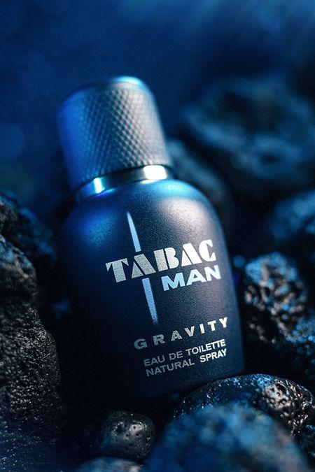 """Aus Jacques Hucliers Feder: Das Eau de Toilette """"Tabac Man Gravity"""" (50 ml um 25 Euro) überrascht mit einem ungewöhnlichen Sternenstaub-Akkord auf einer Basis von Patschuli, Moschus und Tonkabohne."""