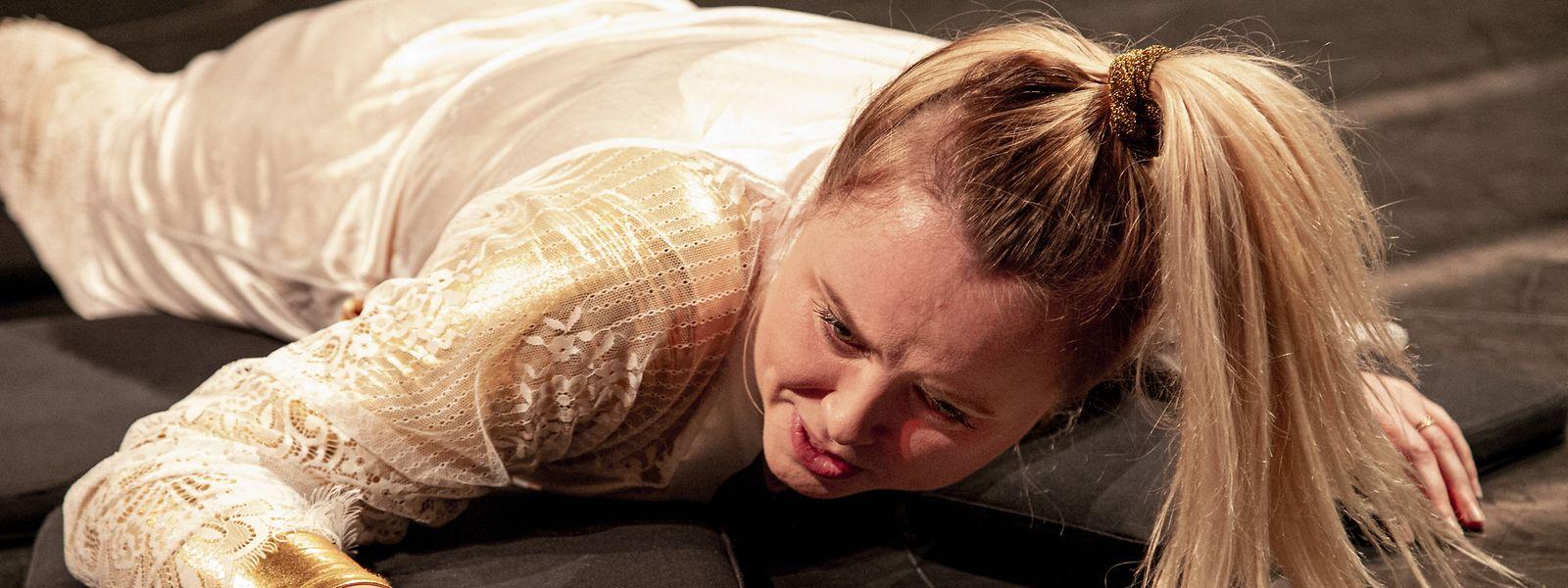 """Die dreiteilige Szenenfolge """"Nur Kinder, Küche, Kirche"""" – eine verkürzte Form von Dario Fos Original – inszeniert der Regisseur Florian Hackspiel mitten unter den Zuschauern und bringt so das Geschehen sehr nah an das Publikum in Bettemburg. Es spielen Rosalie Maes (Foto)  und ihre Kollegin aus Trier, Friedrike Majerczyk."""