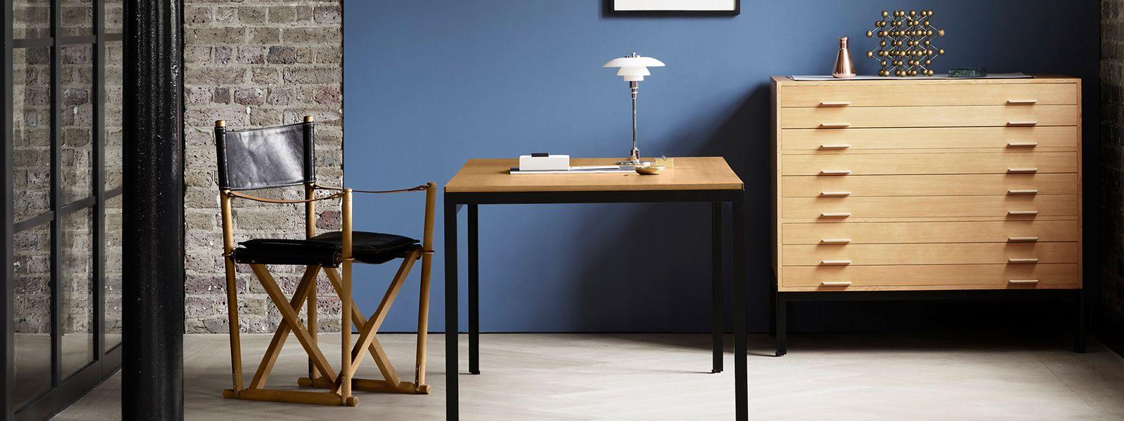 So herum und nicht wie üblich anders:Der Schreibtisch namens Student Desk von Carl Hansen & Søn lässt sich auch zumEsstisch zweckentfremden.