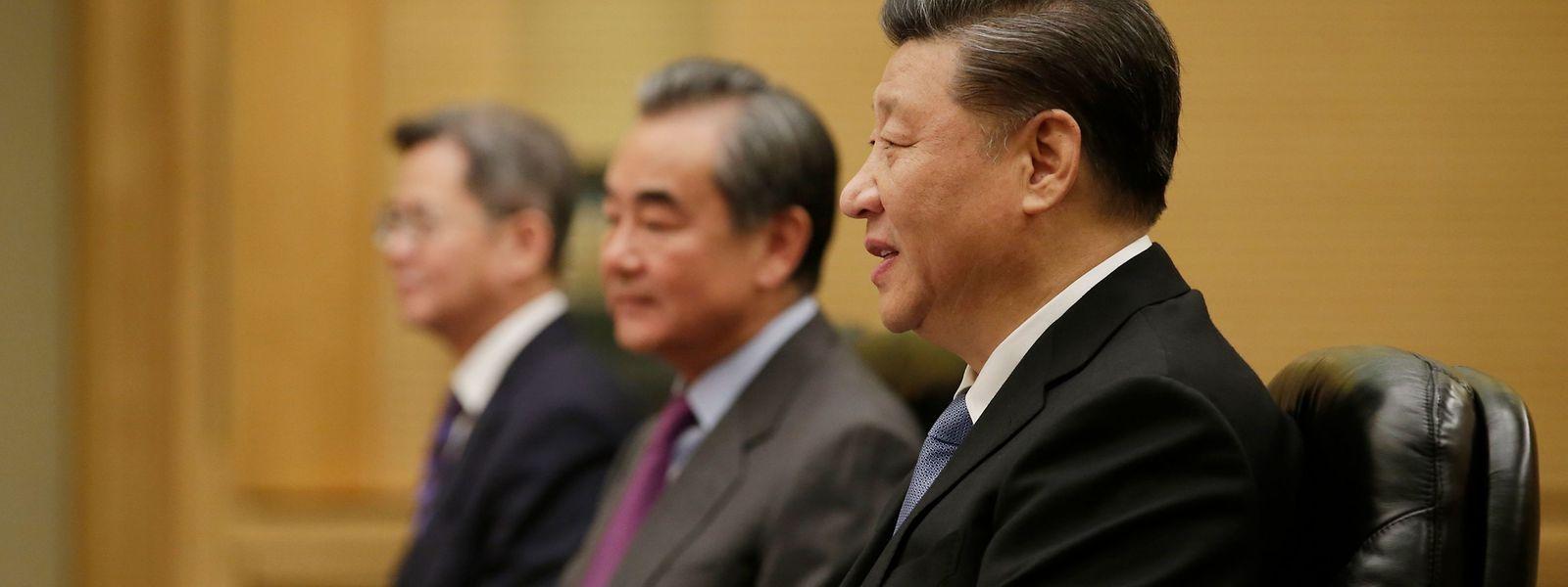 Präsident Xi Jinping (r.) Xi Jinping äußerte sich bei einem Treffen mit dem früheren US-Außenminister Henry Kissinger und Teilnehmern eines von der Bloomberg Media Group veranstalteten Wirtschaftsforums in Peking.