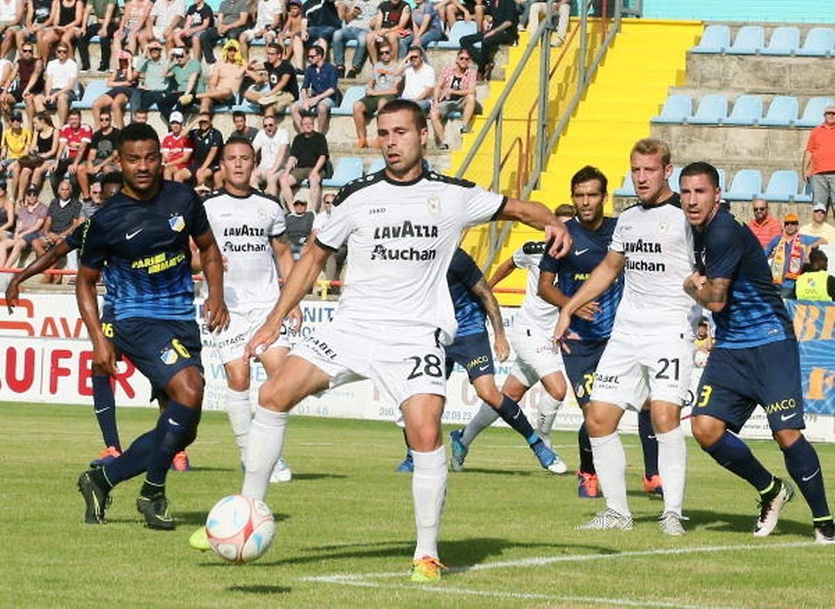 Dudelange - Apoel Nicosie en 2017 (0-1). Mickaël Garos au ballon, sous les yeux de Dominik Stolz (n°21)