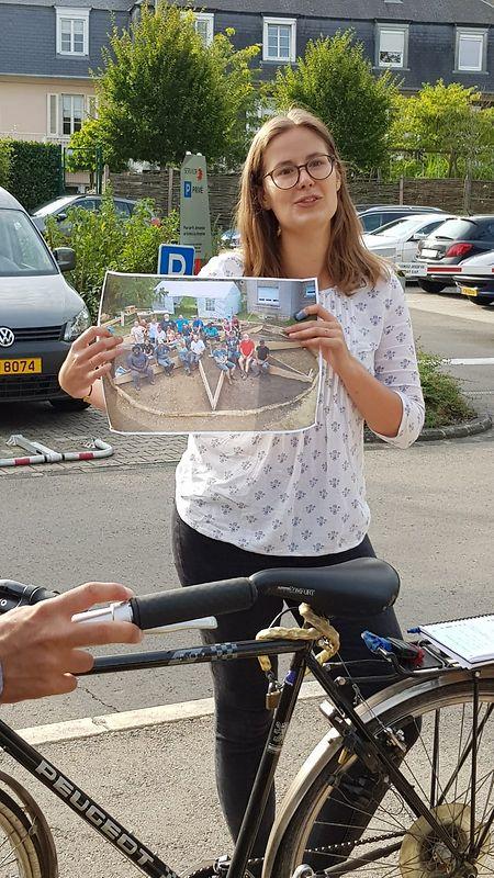 Liz Hof zeigt ein Bild, mit den Teilnehmern, die den Garten beim Escher CIAP errichtet haben. Sie kommen zum Teil aus Deutschland, Frankreich und Belgien.