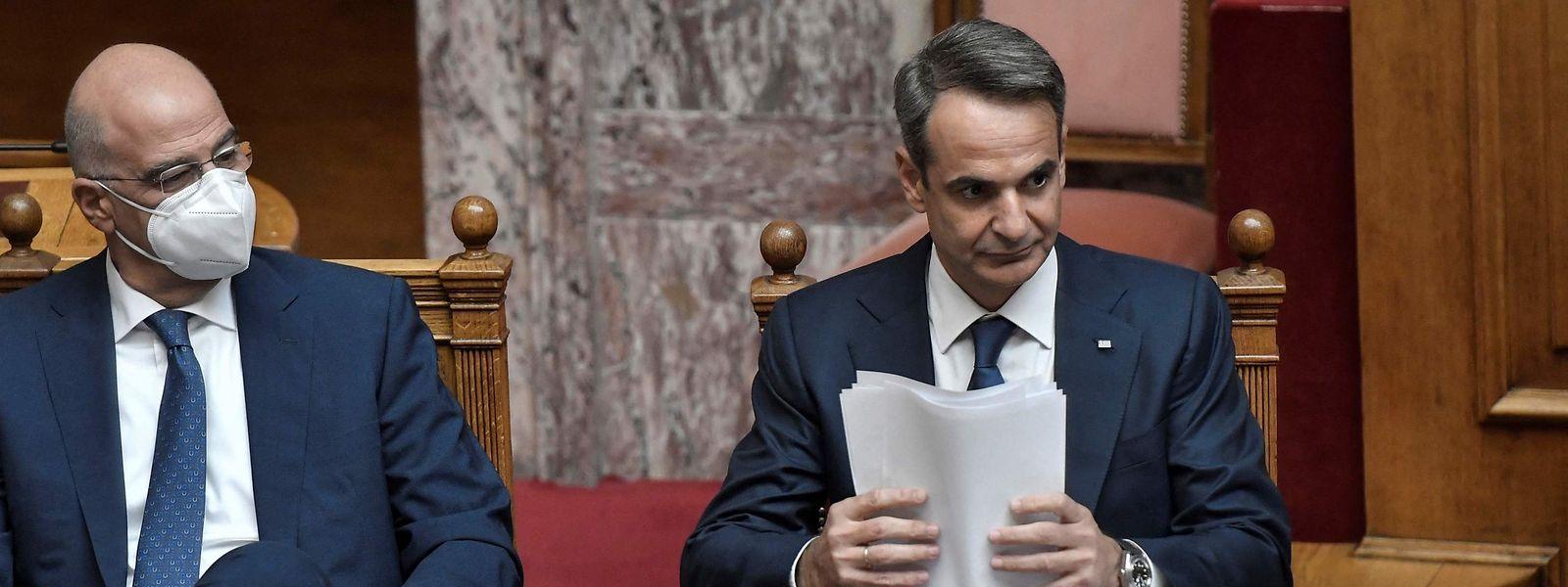 Der griechische Premierminister Kyriakos Mitsotakis (rechts) im Parlament.