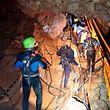 07.07.2018, Thailand, Chiang Rai, Mae Sai: Das undatierte von der Royal Thai Navy zur Verfügung gestellte Foto zeigt thailändische Rettungstaucher die sich in einer Höhle, in der seit dem 23. Juni zwölf Jugendliche und ihr Trainer eingeschlossen sind, fortbewegen. Britische Taucher hatten die Gruppe am Montagabend entdeckt, noch seien die Jungen im Alter von 11 bis 16 Jahren und ihr 25-jähriger Betreuer jedoch nicht ausreichend geübt im Tauchen, um den strapaziösen Weg aus der dunklen, kilometerlangen Höhle ins Freie zu wagen. (Zu dpa «Höhlendrama in Thailand wird zum Wettlauf gegen die Zeit» vom 07.07.2018) Foto: Martin Rickett/PA Wire/dpa +++ dpa-Bildfunk +++