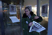 Alexander Nix, der geschasste Chef von Cambridge Analytica gehöre hinter Gitter. Zumindest sieht das dieser Plakatierer so.